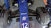 Přední zavěšení kol vozu Sauber C35 - Ferrari v Barceloně