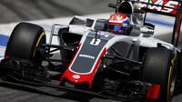 Romain Grosjean s Haasem VF-16 v Barceloně