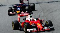 Sebastian Vettel a Daniil Kvjat při kvalifikaci v Barceloně