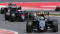 Sergio Pérez pře vozy McLarenu v závodě v Barceloně
