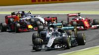 Lewis Hamitlon a Nico Rosberg po startu závodu v Barceloně