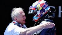 Helmut Marko gratuluje Maxovi Verstappenovi k vítězství v Barceloně