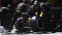 Mechanici týmu Renault v Barceloně