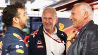 Daniel Ricciardo, Helmut Marko a Dietrich Mateschitz v Barceloně