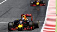 Daniel Ricciardo a Max Verstappen v závodě v Barceloně