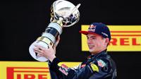 Max Verstappen, nejmladší vítěz Formule 1 se svou trofejí v Barceloně