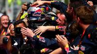 Max Verstappen, nejmladší vítěz Formule 1 se raduje se svými mechaniky v Barceloně
