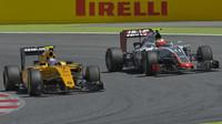 Jolyon Palmer předjíždí Estebana Gutiérreze v závodě v Barceloně
