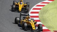 Kevin Magnussen a Jolyon Palmer v závodě v Barceloně