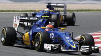 Felipe Nasr a Marcus Ericsson v závodě v Barceloně