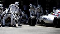 Felipe Massa při zastávce v boxech v závodě v Barceloně
