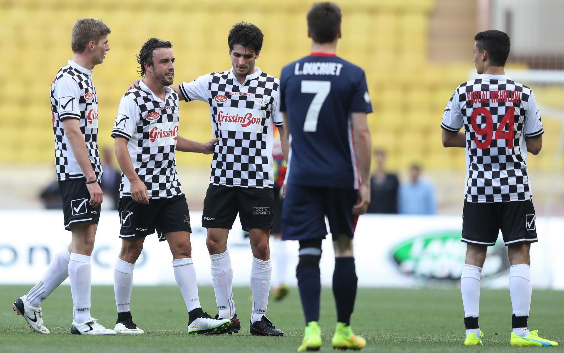 Piloti F1 se při tradičním fotbalovém utkání prosadili i na zeleném pažitu - anotační foto