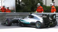 Nico Rosberg s prasklou zadní pneumatikou při tréninku v Monaku