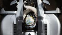 Lewis Hamilton s novým designem přilby při tréninku v Monaku