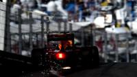 Vůz Red Bullu jiskří při tréninku v Monaku