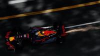 Daniel Ricciardo jiskří při tréninku v Monaku