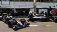 Fernando Alonso a Jenson Button při kvalifikaci v Monaku