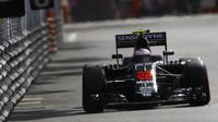 Jenson Button při kvalifikaci v Monaku