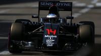 Fernando Alonso při kvalifikaci v Monaku