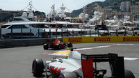 Max Verstappen a Esteban Gutiérrez při kvalifikaci v Monaku