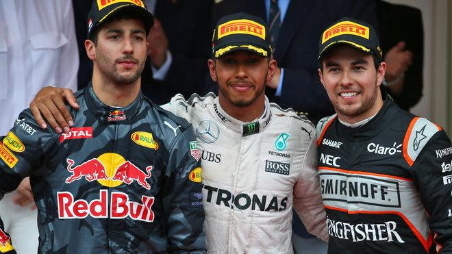 Vítězové na pódiu v Monaku