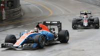Pascal Wehrlein a Jenson Button v závodě v Monaku