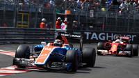 Pascal Wehrlein a Sebastian Vettel v závodě v Monaku