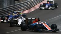 Pascal Wehrlein a Valtteri Bottas před vozy Sauberu v závodě v Monaku