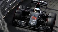Fernando Alonso v závodě v Monaku