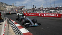 Lewis Hamilton při kvalifikaci v Monaku