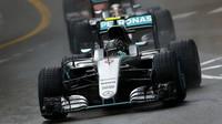 Nico Rosberg a Lewis Hamilton v závodě v Monaku