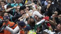 Lewis Hamilton slaví po závodě v Monaku