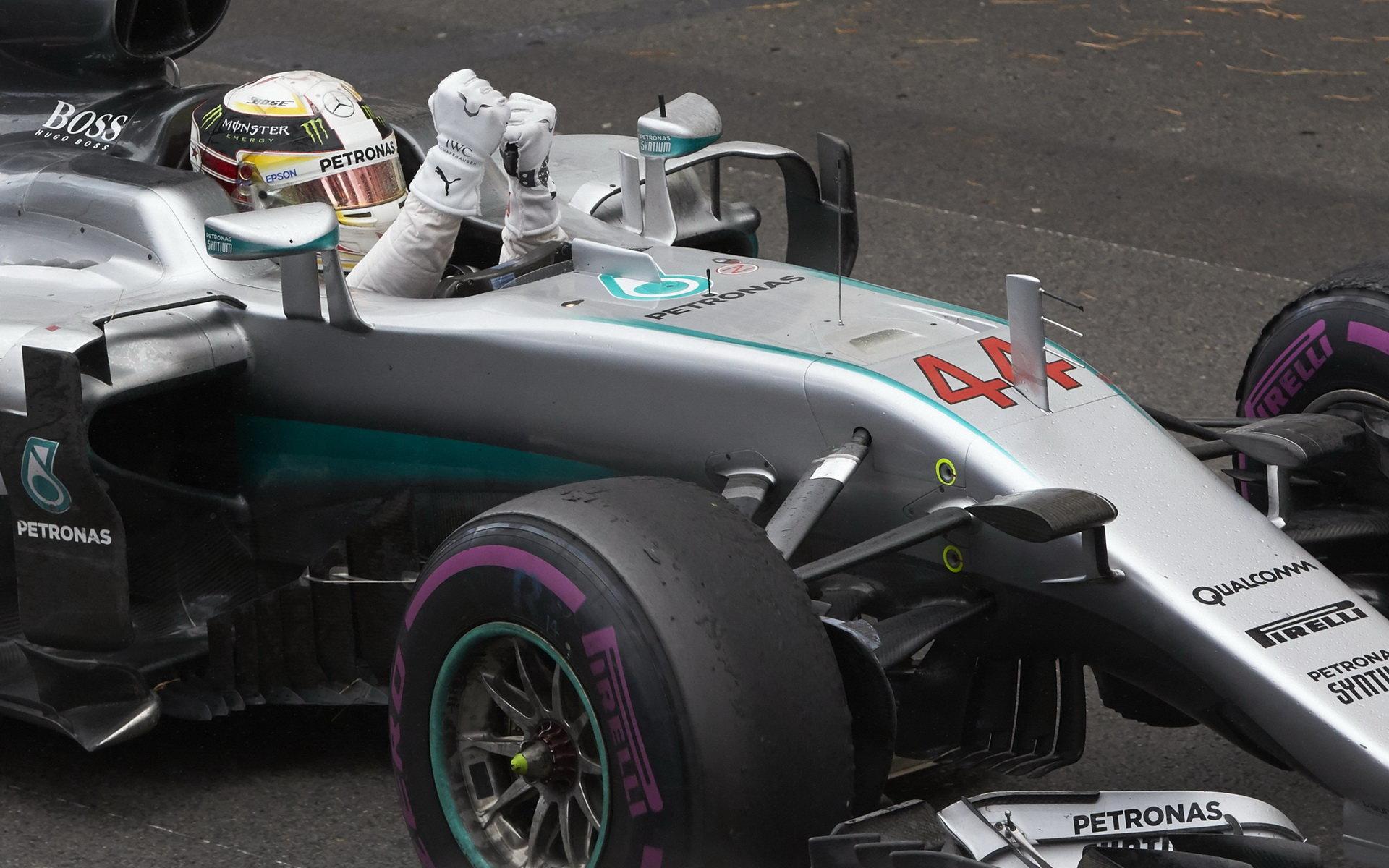 Lewis Hamilton se raduje z vítězství v závodě v Monaku