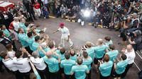 Lewis Hamilton slaví se svým týmem vítězství v Monaku