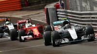 Nico Rosberg a Sebastian Vettel v závodě v Monaku