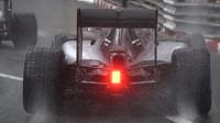 Lewis Hamilton za deště v závodě v Monaku