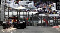 Daniel Ricciardo jiskří při kvalifikaci v Monaku
