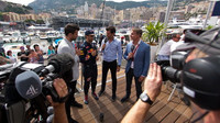 Daniel Ricciardo při rozhovoru s Markem Webbrem a Davidem Coulthardem v Monaku