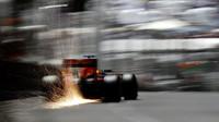 Daniel Ricciardo jiškří při kvalifikaci v Monaku