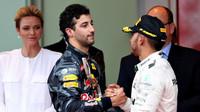 Tahle gratulace asi nebyla vůbec lehká (Ricciardo a Hamilton)