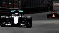 Lewis Hamilton před Danielem Ricciardem v závodě v Monaku