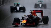 Daniel Ricciardo před vozy Mercedesu v závodě v Monaku