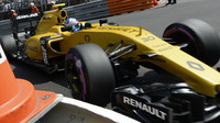 Jolyon Palmer při kvalifikaci v Monaku