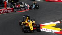 Jolyon Palmer a Nico Hülkenberg při kvalifikaci v Monaku