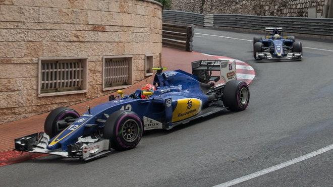 Felipe Nasr a Marcus Ericsson v závodě v Monaku