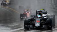 Fernando Alonso za deště v závodě v Monaku