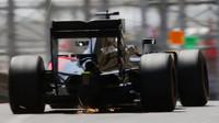 Fernando Alonso jiskří v závodě v Monaku