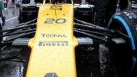 Přední zavěšení kol vozu Renault RS16 v závodě v Monaku