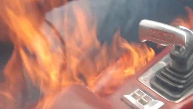 Postarší Chevrolet Camaro zachváti požár uvnitř kabiny