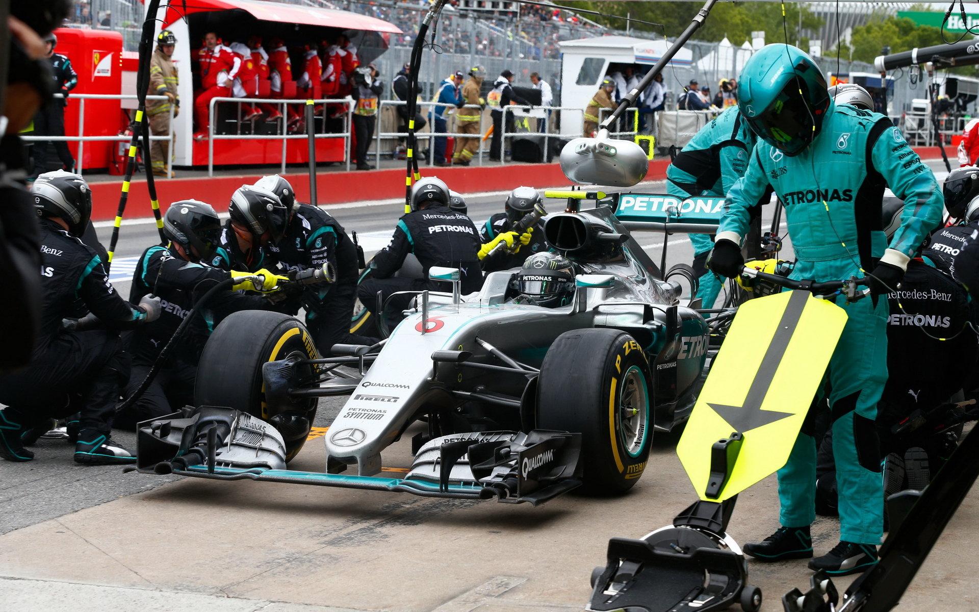 ZASTÁVKY V BOXECH A STRATEGIE: Mercedes jen o setinu rychlejší než Williams - anotační obrázek